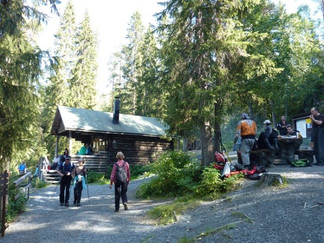 Cabaña y zona de picnic en la ruta del Pieni Karhunkierros