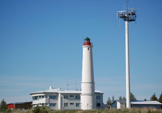 El faro y la Estación de Control Marítimo de Marjaniemi en la isla de Hailuoto