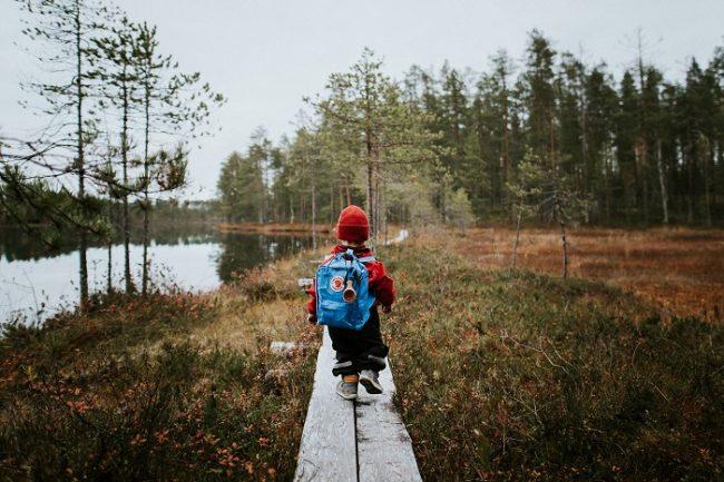Excursionista paseando en el municipio de Suomissalmi