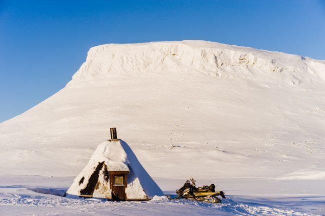 La montaña de Saana en invierno desde una cabaña en el lago Saanajärvi