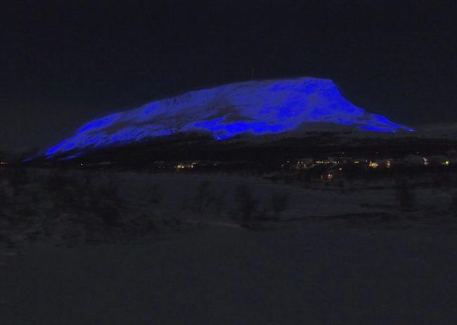 La montaña de Saana iluminada para conmemorar los 100 años de Independencia de Finlandia