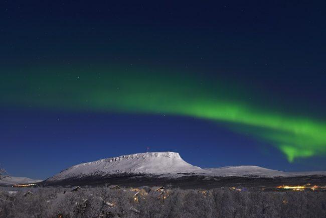 La montaña sagrada de Saana en Kilpisjärvi bajo la Aurora Boreal