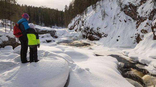 Los rápidos de Kiutaköngäs en primavera en el parque nacional de Oulanka