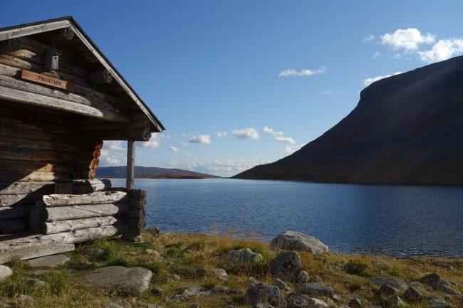 Refugio libre en la orilla del lago Saanajärvi al pie de la montaña de Saana