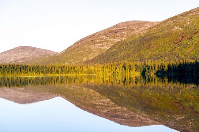 Colinas de Pallas se reflejan en el lago Sarvijärvi
