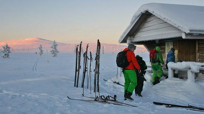 Entrando en uno de los refugios que hay durante la ruta Hetta-Pallas en invierno