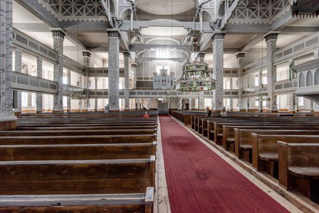 Interior de la iglesia de Kerimäki en Savonlinna, la iglesia de madera más grande del mundo