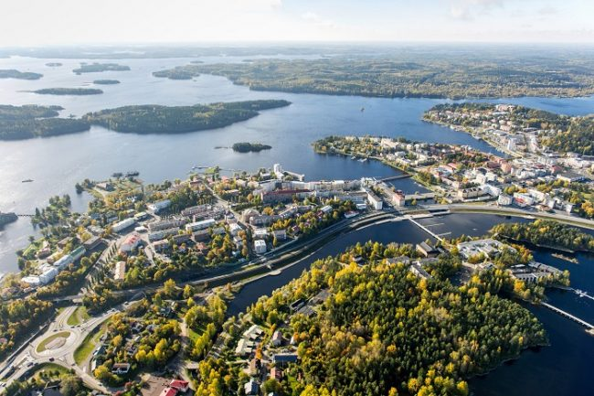 La ciudad de Savonlinna en la orilla del lago Saimaa vista desde el aire