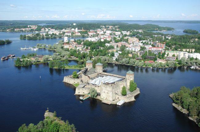 Savonlinna y el castillo de Olavinlinna desde el aire