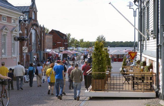 Calle peatonal y plaza del mercado en Oulu