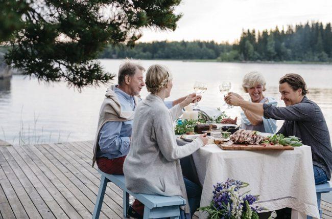 Cenar a plena luz durante la fiesta de San Juan es una experiencia única en Finlandia