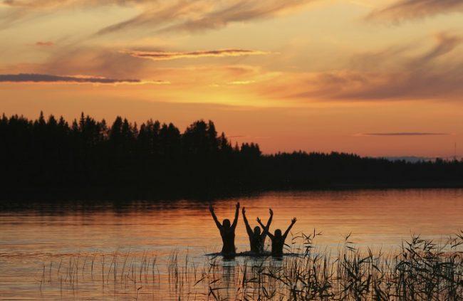 Durante la noche de San Juan en Finlandia muchos son los que aprovechan para bañarse bajo el Sol de medianoche