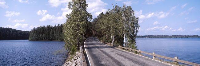 En Finlandia hay muchos tramos de carreteras que atraviesan lagos