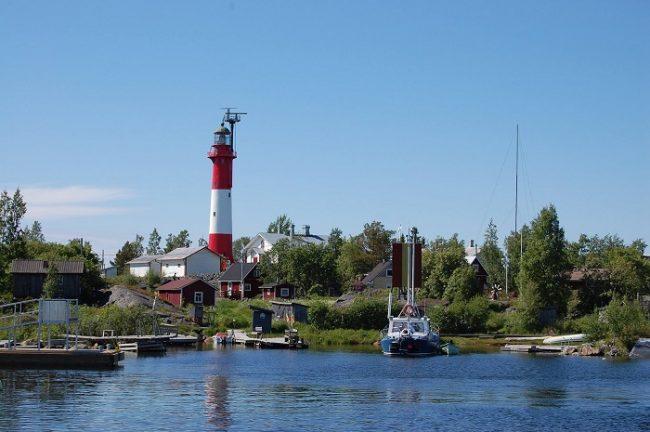 Faro y embarcadero de la isla de Tankar en Kokkola