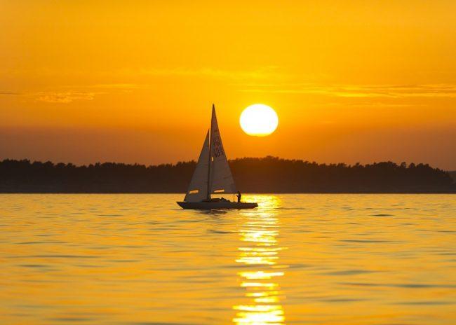 Muchos finlandeses optan por celebrar el solsticio de verano navegando