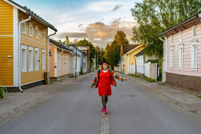 Paseando por el barrio antiguo de la ciudad de Raahe