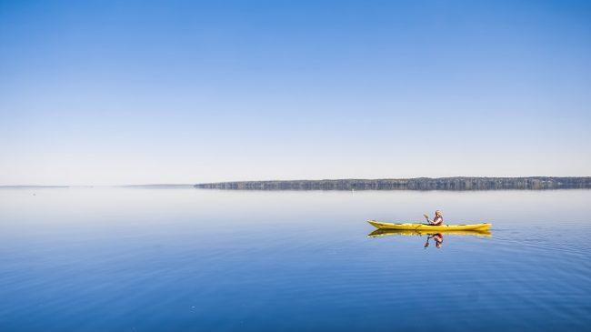 Navegando con kayak en el lago Nasijärvi cerca de la ciudad de Tampere