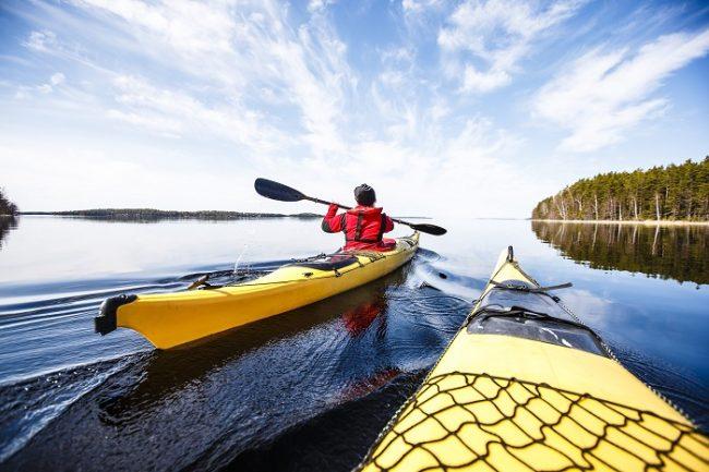 Practicando el kayak en el lago Saimaa