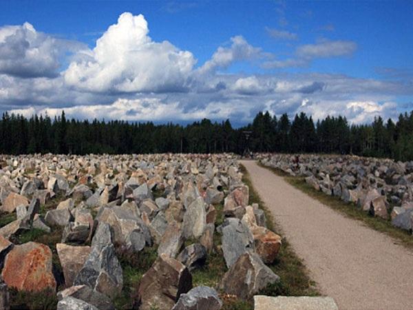 Campo de piedras de la Linea Salpa en la Vía Karelia para parar el avance de los tanques rusos durante la Segunda Guerra Mundial