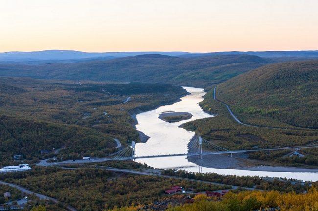 El puente fronterizo sobre el río Teno entre Utsjoki y Noruega