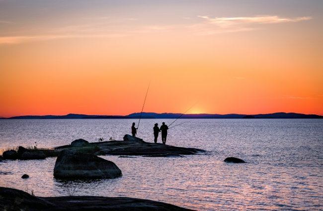 Pescando en el lago Pielinen, cerca de la Vía Karelia