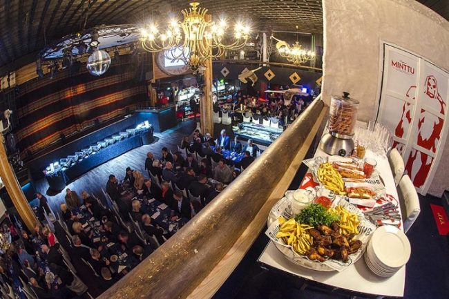 Cena en el VIP-lounge de la discoteca Hullu Poro Areena en Levi