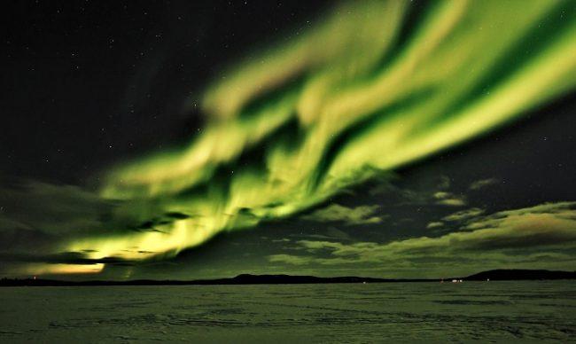 Espectacular Aurora Boreal cubriendo el lago Inari