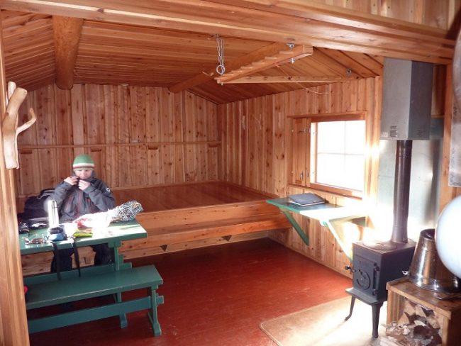 Interior del refugio Meekonjärvi