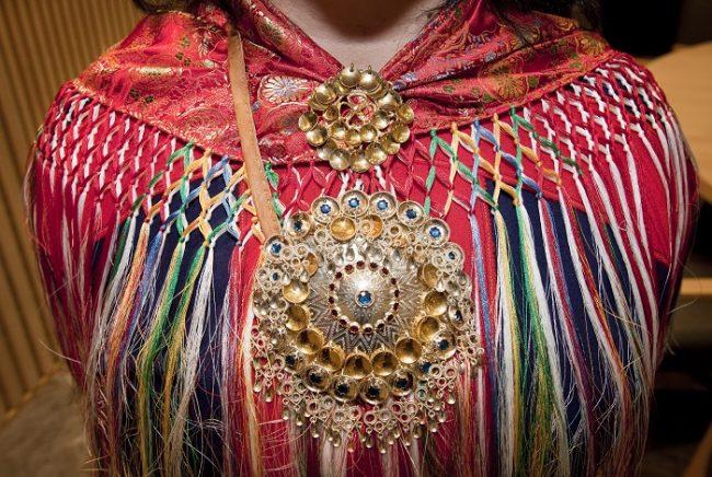 Joyas tradicionales Sami cierran la mantilla de vivos colores