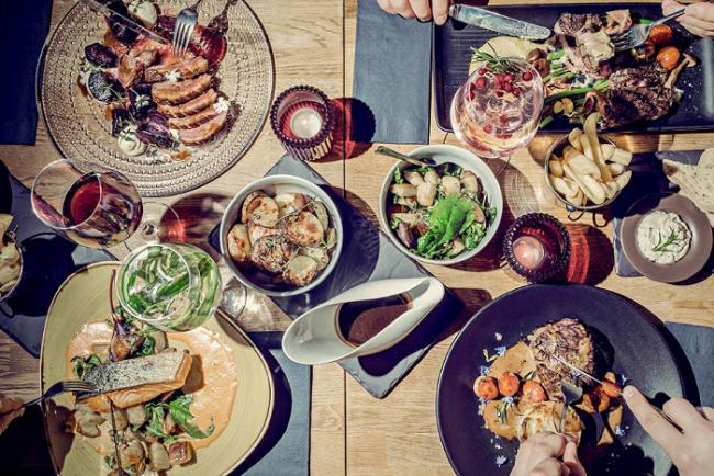 Mesa servida en el restaurante Monterosa en Rovaniemi