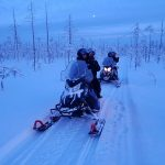 Durante un safari al mediodía con motos de nieve eléctricas