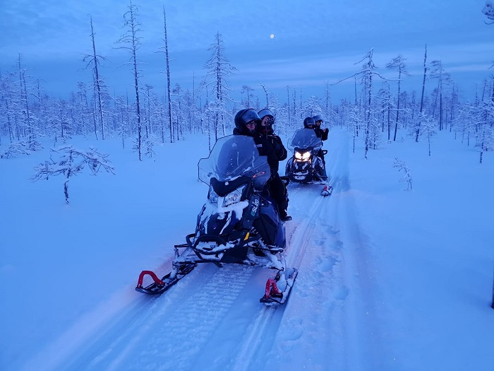 Motos de nieve eléctricas en Rovaniemi