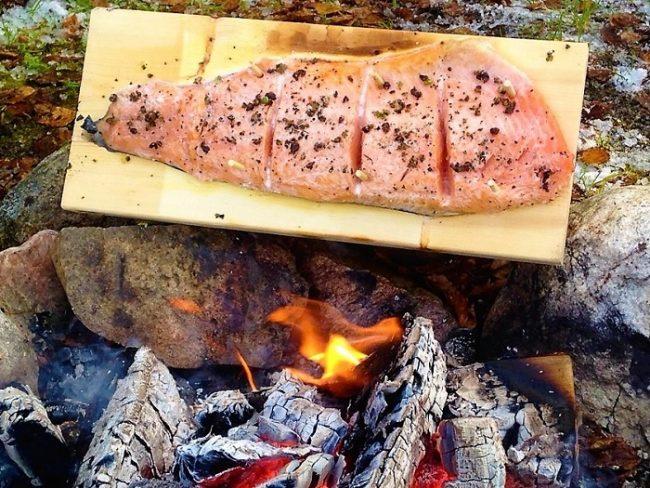 En alguno de los safaris con motos de nieve también se puede degustar del salmón cocinado a la manera tradicional