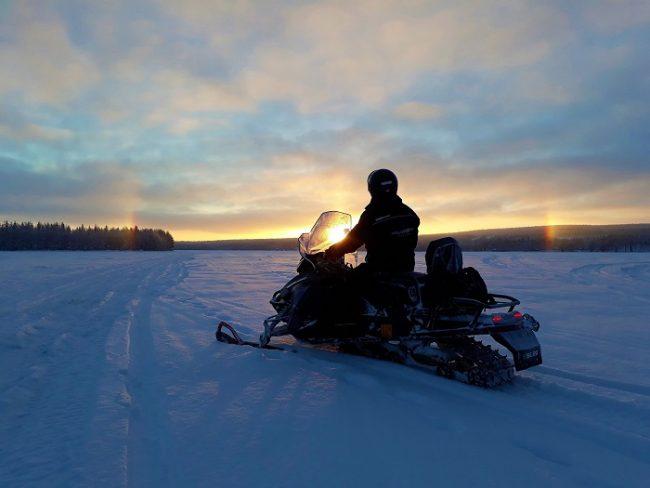 En el lago Lehtojärvi donde empiezan todos los safaris con motos de nieve eléctricas