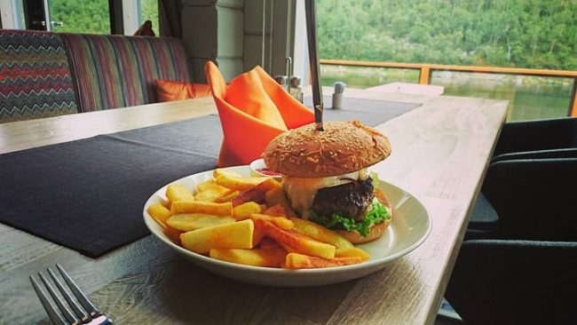 La famosa hamburguesa Aitti del restaurante Deatnu en Utsjoki