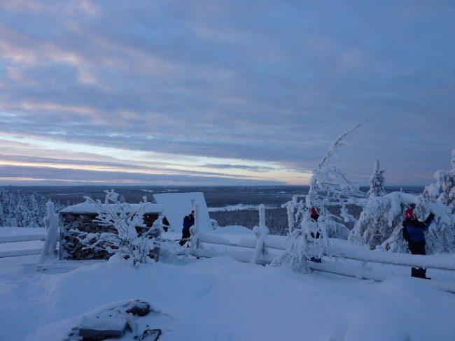 Maravillosa la vista desde la mina de amatista en la montaña de Lampivaara