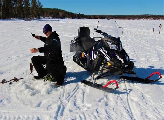 Pesca en el hielo y moto de nieve eléctrica
