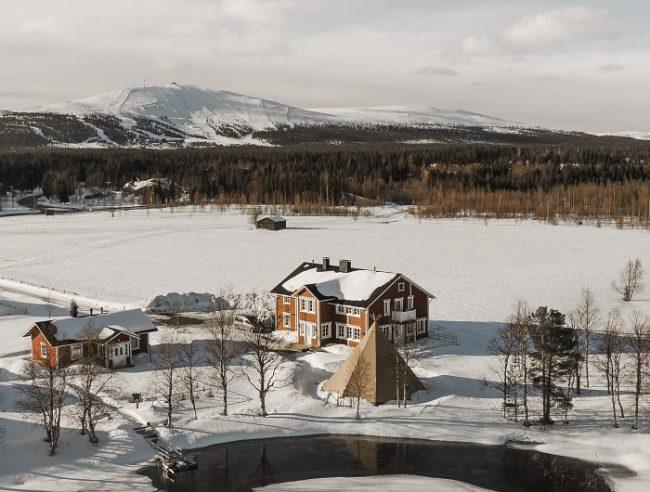 Restaurante Aurora Estate en Ylläsjärvi. Al fondo la estación de esquí de Ylläs