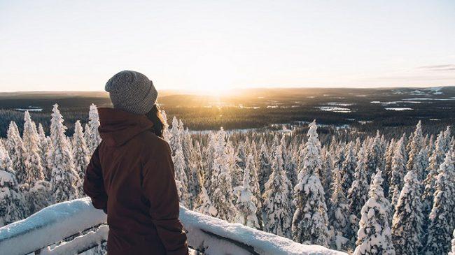 Bonito amanecer desde la colina de Ahmakalli, en el Parque Nacional de Syöte