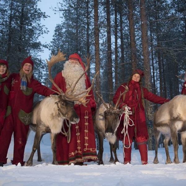 Papá Noel con los elfos y renos en el bosque de Rovaniemi