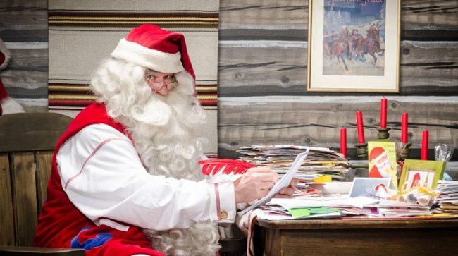 Papá Noel escribiendo cartas a los niños y niñas de todo el Mundo