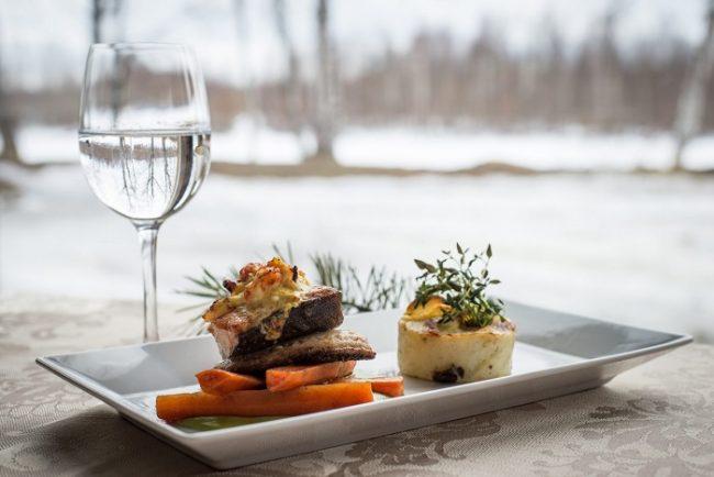 Plato con carne de reno preparado por el chef del hotel Ivalo