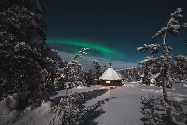 Alrededor de Äkäslompolo hay una buena cantidad de refugios donde llegar con raquetas de nieve y poder contemplar la Aurora Boreal