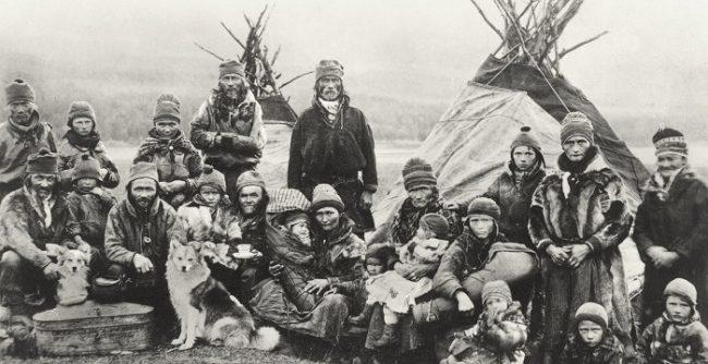 Grupo de Sami frente a sus tiendas Kota en fecha indefinida. Entre los años 1900-1920