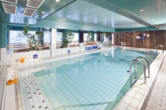 La piscina cubierta del hotel Äkäshotelli en Äkäslompolo