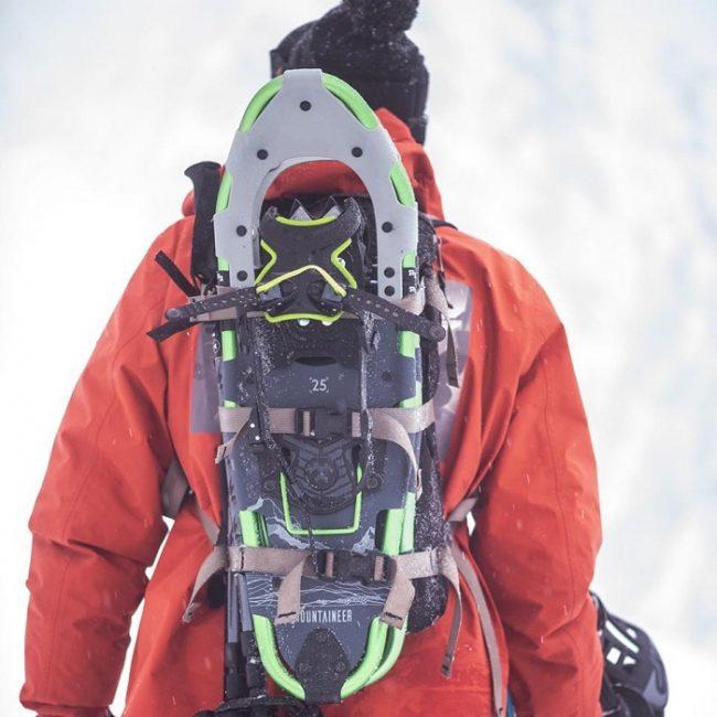 Manera de transportar las raquetas de nieve