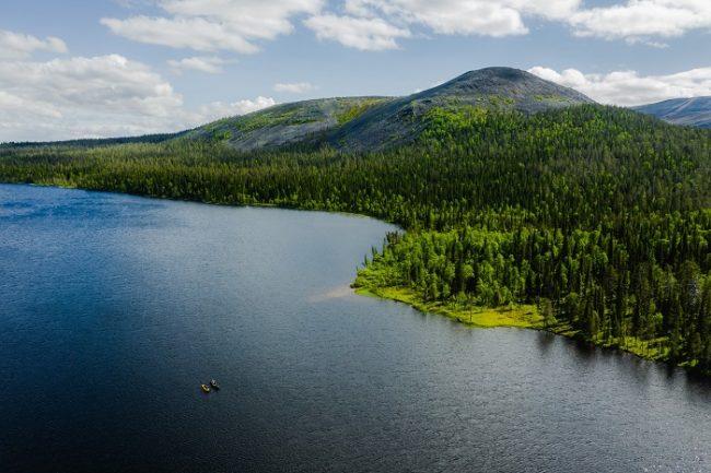 Navegando en canoa en uno de los lagos que hay en la zona de Äkäslompolo y Ylläs