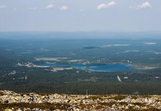 Vista de Äkäslompolo en verano desde lo alto de la estación de esquí de Ylläs