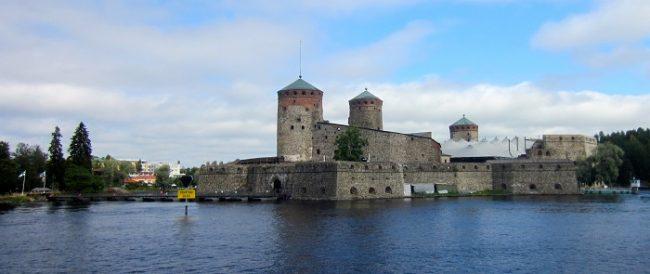 El castillo de Olavinlinna con las lonas que cubren el escenario donde se celebra el Festival de Opera