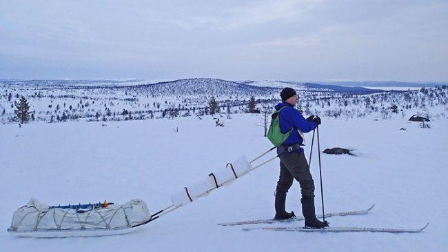 Excursionista con su pulka en el Espacio Natural Protegido de Hammastunturi